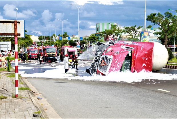 NÓNG: Xe bồn chở 20 tấn gas lật tại cầu vượt Hoà Cầm, nguy cơ cháy nổ rất cao - Ảnh 2.