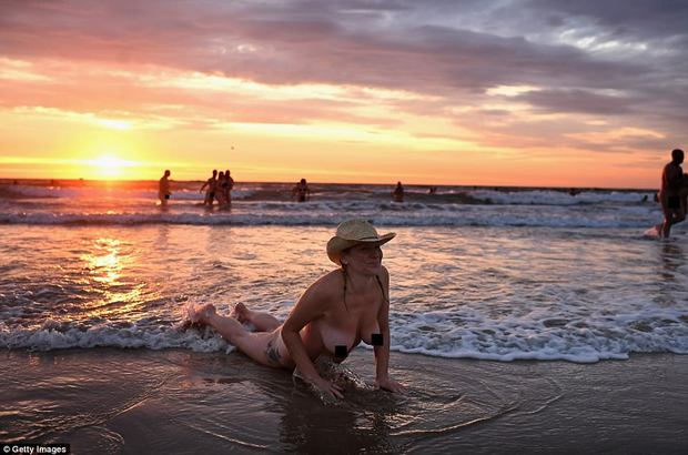 800 người rủ nhau ra bãi biển khỏa thân nhảy múa để đón chào mùa thu - Ảnh 2.