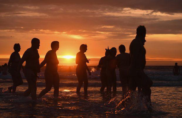 800 người rủ nhau ra bãi biển khỏa thân nhảy múa để đón chào mùa thu - Ảnh 3.