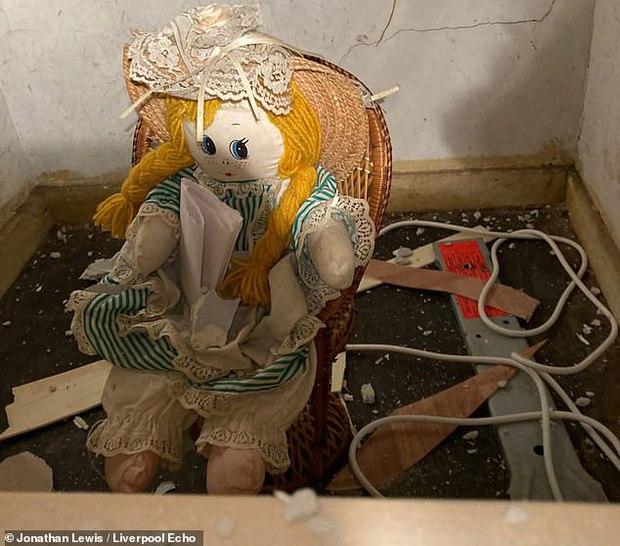 Sửa nhà mới mua, gia chủ phát hiện con búp bê rùng rợn và bức thư đe dọa giấu kín sau bức tường - Ảnh 3.