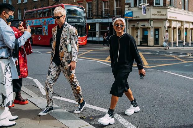 Dân tình bung lụa tại London Fashion Week: Khả năng chơi màu như phù thủy, độ chiến lên level sau 1 năm im ắng - Ảnh 6.