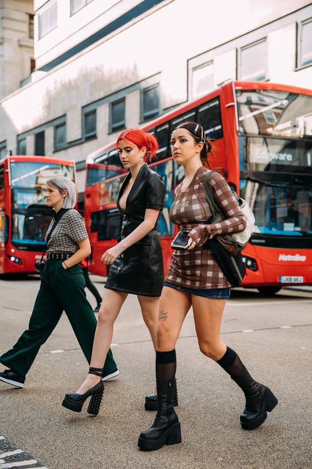Dân tình bung lụa tại London Fashion Week: Khả năng chơi màu như phù thủy, độ chiến lên level sau 1 năm im ắng - Ảnh 3.