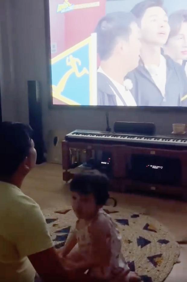 Nhã Phương và ái nữ phản ứng đặc biệt khi xem Running Man, Trường Giang chơi lớn hé lộ luôn toàn bộ gương mặt bé - Ảnh 3.