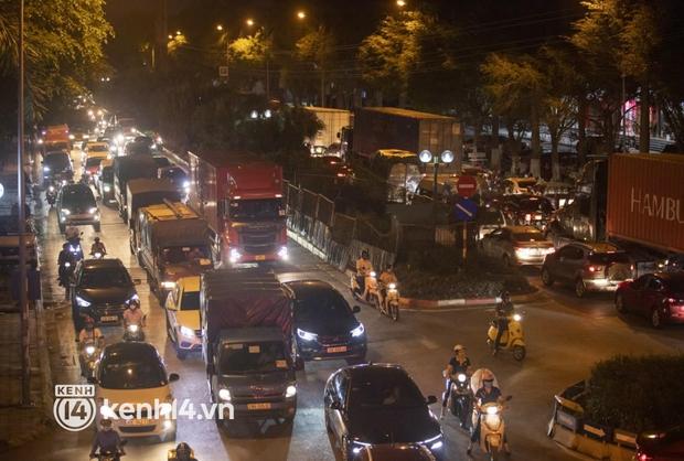 Hà Nội: Tuyến đường qua khu đô thị Xa La bất ngờ ùn tắc kéo dài trong ngày giãn cách cuối cùng - Ảnh 4.