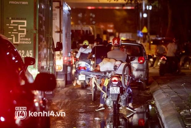 Hà Nội: Tuyến đường qua khu đô thị Xa La bất ngờ ùn tắc kéo dài trong ngày giãn cách cuối cùng - Ảnh 6.