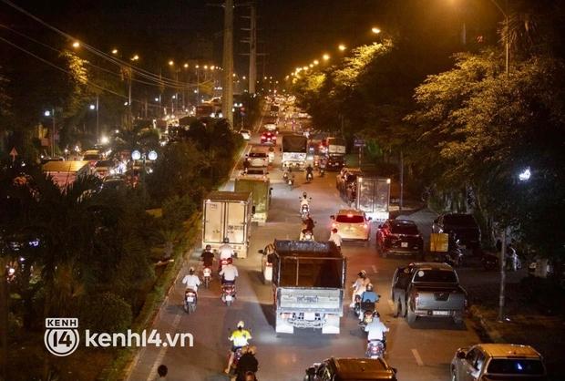 Hà Nội: Tuyến đường qua khu đô thị Xa La bất ngờ ùn tắc kéo dài trong ngày giãn cách cuối cùng - Ảnh 9.