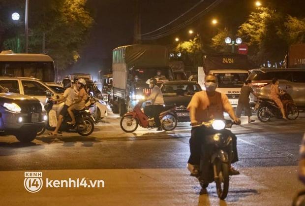 Hà Nội: Tuyến đường qua khu đô thị Xa La bất ngờ ùn tắc kéo dài trong ngày giãn cách cuối cùng - Ảnh 11.