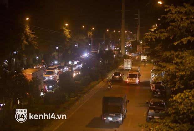 Hà Nội: Tuyến đường qua khu đô thị Xa La bất ngờ ùn tắc kéo dài trong ngày giãn cách cuối cùng - Ảnh 8.