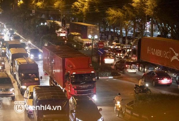 Hà Nội: Tuyến đường qua khu đô thị Xa La bất ngờ ùn tắc kéo dài trong ngày giãn cách cuối cùng - Ảnh 2.