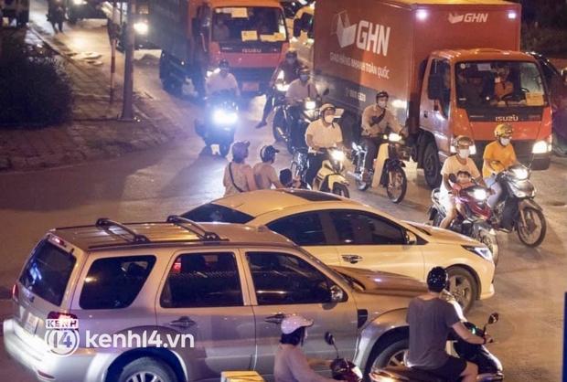 Hà Nội: Tuyến đường qua khu đô thị Xa La bất ngờ ùn tắc kéo dài trong ngày giãn cách cuối cùng - Ảnh 1.