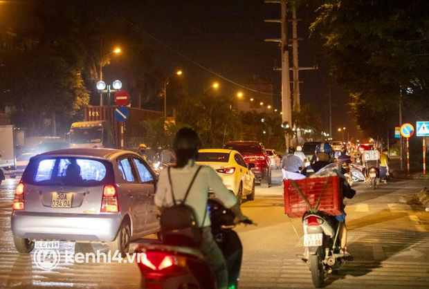 Hà Nội: Tuyến đường qua khu đô thị Xa La bất ngờ ùn tắc kéo dài trong ngày giãn cách cuối cùng - Ảnh 10.