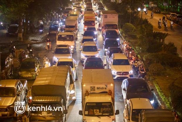 Hà Nội: Tuyến đường qua khu đô thị Xa La bất ngờ ùn tắc kéo dài trong ngày giãn cách cuối cùng - Ảnh 7.