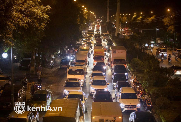 Hà Nội: Tuyến đường qua khu đô thị Xa La bất ngờ ùn tắc kéo dài trong ngày giãn cách cuối cùng - Ảnh 5.