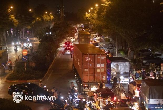 Hà Nội: Tuyến đường qua khu đô thị Xa La bất ngờ ùn tắc kéo dài trong ngày giãn cách cuối cùng - Ảnh 3.