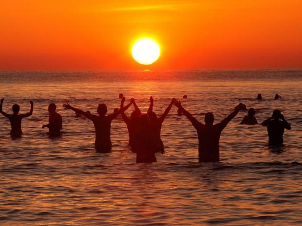 800 người rủ nhau ra bãi biển khỏa thân nhảy múa để đón chào mùa thu - Ảnh 4.