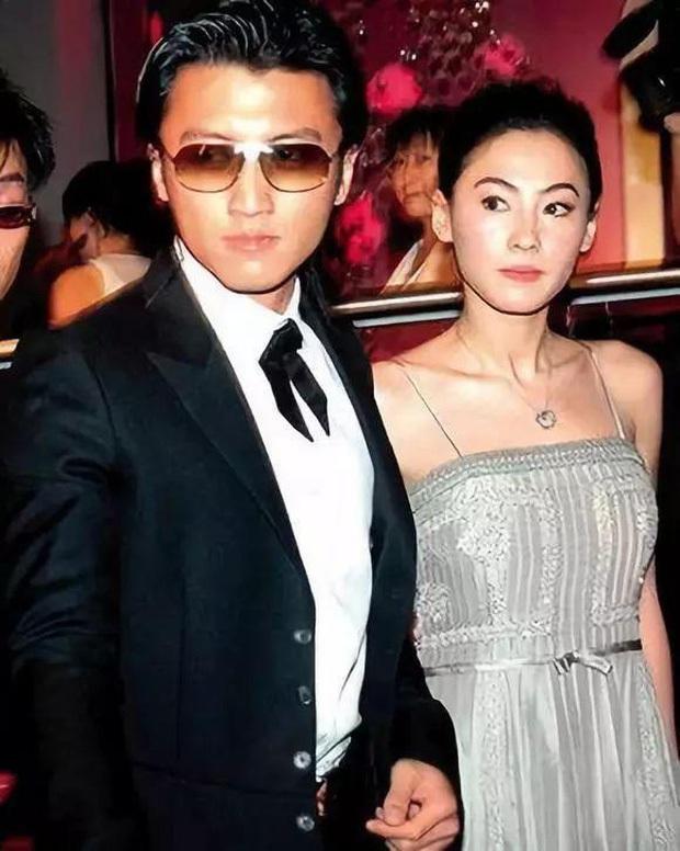 Chỉ cần nhìn vào 2 bức ảnh chụp chung với Trương Bá Chi và Vương Phi là đã hiểu Tạ Đình Phong yêu ai đắm đuối hơn - Ảnh 2.