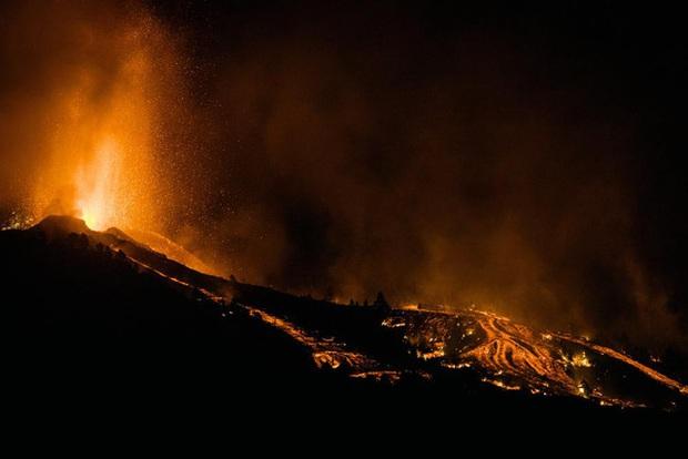 Núi lửa phun trào ở quần đảo Canaria (Tây Ban Nha), hàng nghìn người phải sơ tán - Ảnh 1.