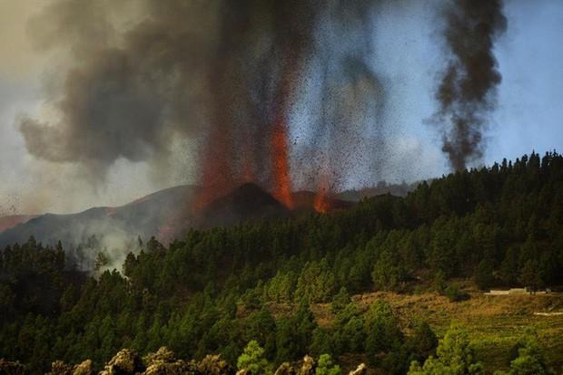 Núi lửa phun trào ở quần đảo Canaria (Tây Ban Nha), hàng nghìn người phải sơ tán - Ảnh 2.
