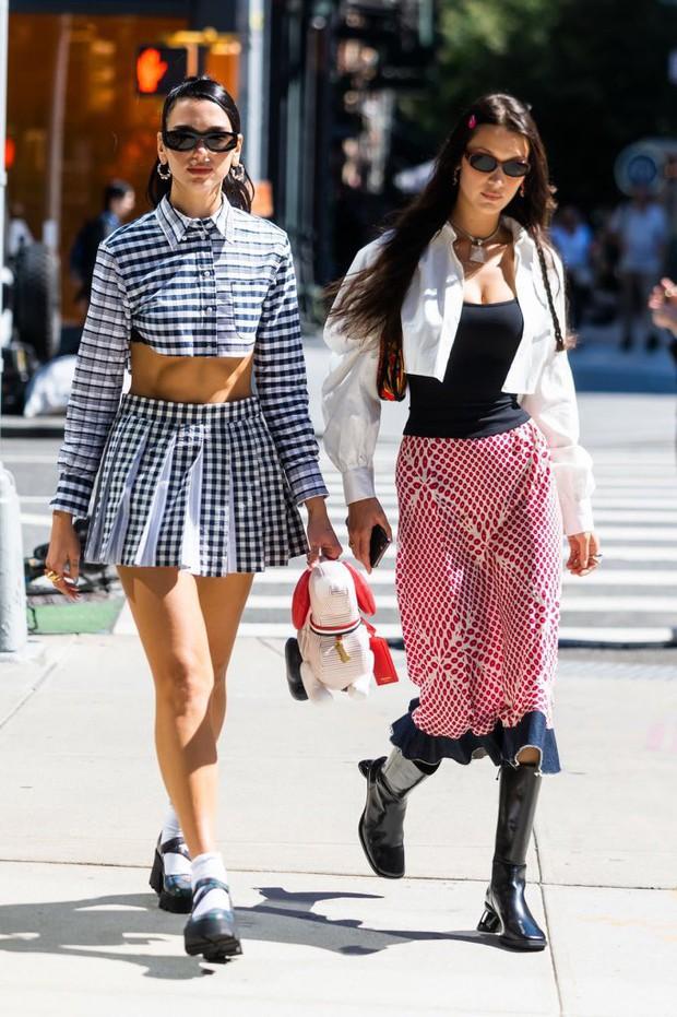 Đi dự sinh nhật con gái Gigi, Bella Hadid và Dua Lipa như đi catwalk: Eo bé xíu của Dua át cả bờ ngực chực trào của bạn thân! - Ảnh 5.