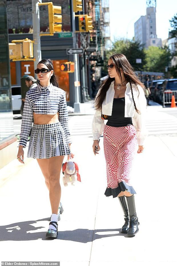 Đi dự sinh nhật con gái Gigi, Bella Hadid và Dua Lipa như đi catwalk: Eo bé xíu của Dua át cả bờ ngực chực trào của bạn thân! - Ảnh 4.