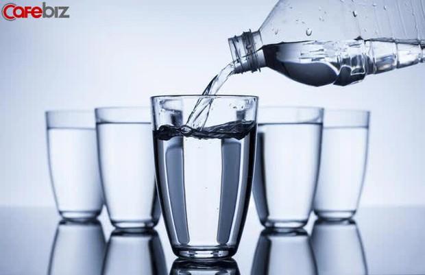 Câu hỏi phỏng vấn thú vị của nhà tuyển dụng: Nếu có 5 cốc nước nhưng có tới 6 vị lãnh đạo, bạn sẽ làm thế nào? - Ảnh 1.