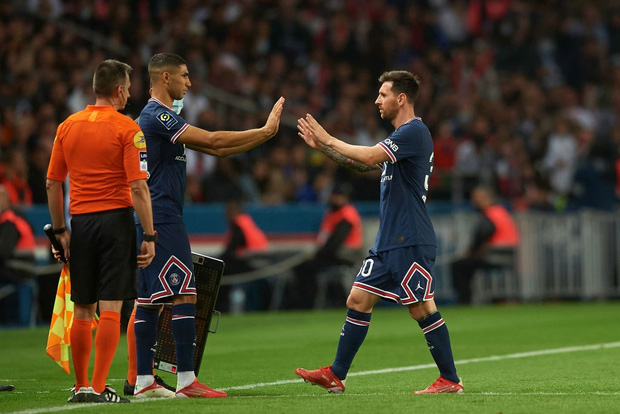 Messi bực bội không thèm bắt tay với HLV khi bị thay ra - Ảnh 1.