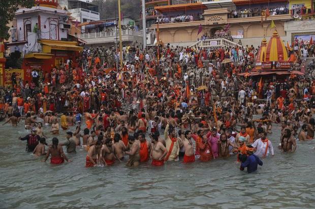Hàng nghìn người Ấn Độ lại tham dự lễ hội bất chấp dịch bệnh - Ảnh 1.