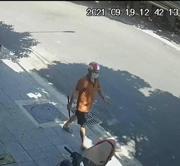Xuất hiện clip ghi cảnh đối tượng xách dao lững thững rời khỏi hiện trường vụ người phụ nữ bị đâm chết, phản ứng của người đàn ông bên đường gây chú ý - Ảnh 2.