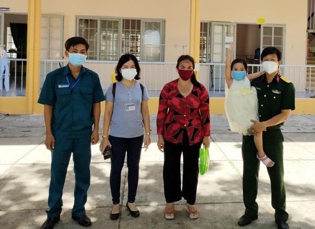 Đưa tro cốt người phụ nữ tử vong vì Covid-19 về nhà, thiếu tá Nguyễn Trung Kiên chỉ thấy bé 4 tuổi ra nhận! - Ảnh 1.
