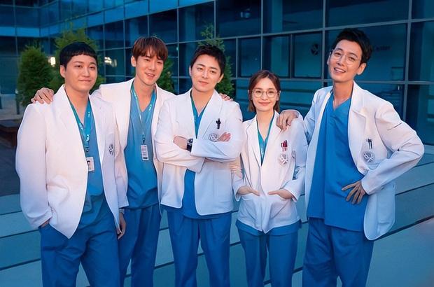 Kim Seon Ho át vía dàn cast Hospital Playlist ở BXH diễn viên tháng 9, Shin Min Ah cũng theo sát crush luôn - Ảnh 3.