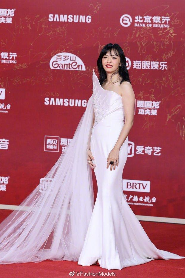 Thảm đỏ LHP Bắc Kinh: Angela Baby và mỹ nhân Tân Cương kinh diễm nhưng lộ tá khuyết điểm, Trần Khôn soái át cả đàn em 9X - Ảnh 8.