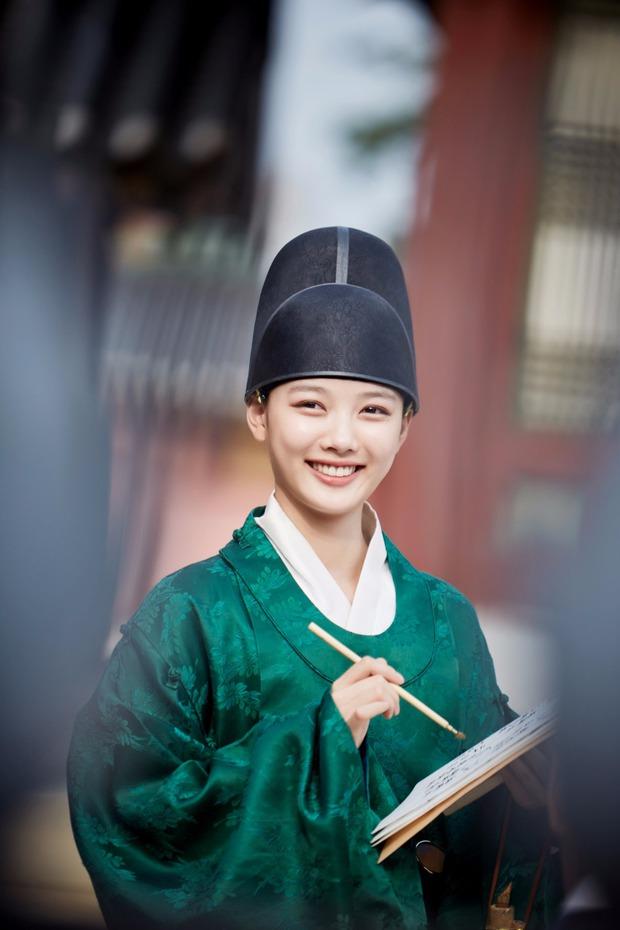 Hội mỹ nhân Hàn giả trai trên màn ảnh: Kim Yoo Jung lộ rõ lớp makeup, trùm cuối không ai làm lại luôn! - Ảnh 3.