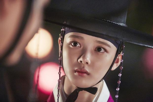 Hội mỹ nhân Hàn giả trai trên màn ảnh: Kim Yoo Jung lộ rõ lớp makeup, trùm cuối không ai làm lại luôn! - Ảnh 4.