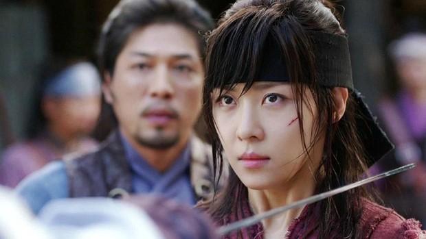 Hội mỹ nhân Hàn giả trai trên màn ảnh: Kim Yoo Jung lộ rõ lớp makeup, trùm cuối không ai làm lại luôn! - Ảnh 8.