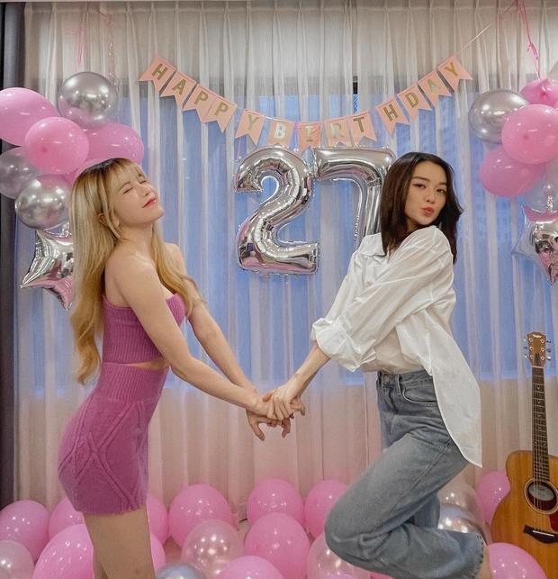 Thiều Bảo Trâm visual đỉnh, đón tuổi 27 bên chị gái nhưng bị netizen soi ra mỗi năm sinh nhật một ngày khác nhau? - Ảnh 2.