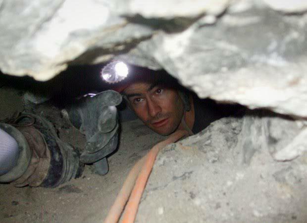 Bi kịch chàng trai mắc kẹt chổng ngược trong hang động hẹp, chờ chết vì dồn máu não: Tai nạn lịch sử lên phim mà ám ảnh tột độ - Ảnh 1.