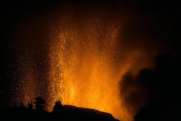 Núi lửa phun trào ở quần đảo Canaria (Tây Ban Nha), hàng nghìn người phải sơ tán - Ảnh 3.