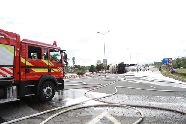 NÓNG: Xe bồn chở 20 tấn gas lật tại cầu vượt Hoà Cầm, nguy cơ cháy nổ rất cao - Ảnh 4.