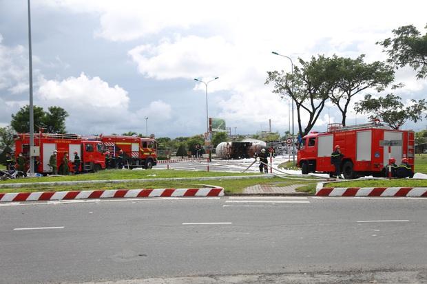 NÓNG: Xe bồn chở 20 tấn gas lật tại cầu vượt Hoà Cầm, nguy cơ cháy nổ rất cao - Ảnh 1.