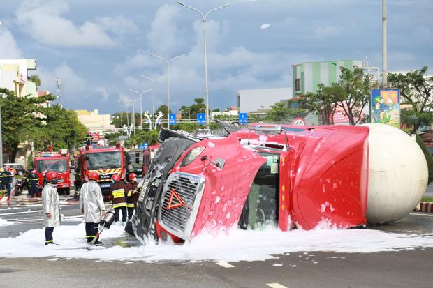 NÓNG: Xe bồn chở 20 tấn gas lật tại cầu vượt Hoà Cầm, nguy cơ cháy nổ rất cao - Ảnh 6.