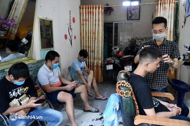 Hà Nội: Chủ quán cắt tóc mừng không ngủ được trước giờ mở cửa, cả đêm lấy kéo tập luyện vì sợ... quên nghề - Ảnh 14.