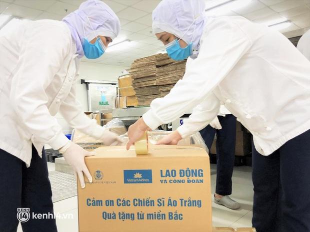 Gần 30.000 bánh Trung thu từ Hà Nội được vận chuyển vào cho y bác sĩ miền Nam - Ảnh 2.