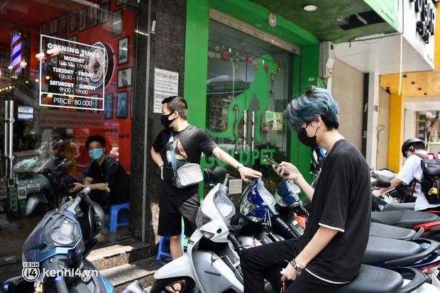 Hà Nội: Chủ quán cắt tóc mừng không ngủ được trước giờ mở cửa, cả đêm lấy kéo tập luyện vì sợ... quên nghề - Ảnh 12.
