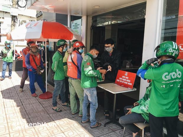Ảnh: Hàng chục shipper ở TP.HCM đợi cả tiếng trước cửa KFC vẫn chưa lấy được hàng giao cho khách - Ảnh 7.