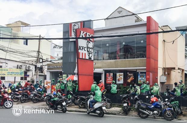 Ảnh: Hàng chục shipper ở TP.HCM đợi cả tiếng trước cửa KFC vẫn chưa lấy được hàng giao cho khách - Ảnh 2.