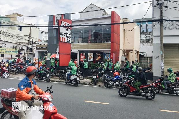 Ảnh: Hàng chục shipper ở TP.HCM đợi cả tiếng trước cửa KFC vẫn chưa lấy được hàng giao cho khách - Ảnh 9.
