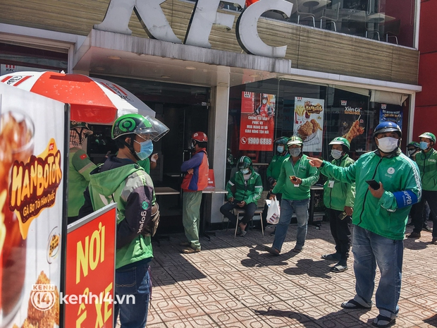 Ảnh: Hàng chục shipper ở TP.HCM đợi cả tiếng trước cửa KFC vẫn chưa lấy được hàng giao cho khách - Ảnh 4.