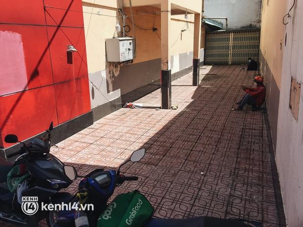 Ảnh: Hàng chục shipper ở TP.HCM đợi cả tiếng trước cửa KFC vẫn chưa lấy được hàng giao cho khách - Ảnh 5.