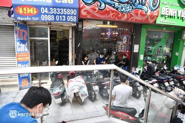 Hà Nội: Chủ quán cắt tóc mừng không ngủ được trước giờ mở cửa, cả đêm lấy kéo tập luyện vì sợ... quên nghề - Ảnh 16.