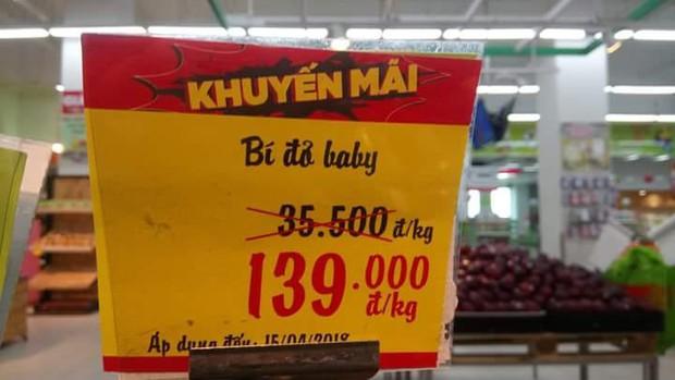 Thấy siêu thị để bảng giảm giá sốc, cô gái định mua nhưng lại quay xe 180 độ sau khi nhìn thấy dòng chữ này - Ảnh 3.